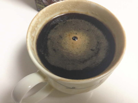 熱くなったゼリーの素に冷たいコーヒーを注いで冷ます